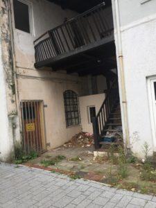 maroder Hintereingang eines leerstehenden Hauses in einer Seietnstraße, Foto: Redaktion