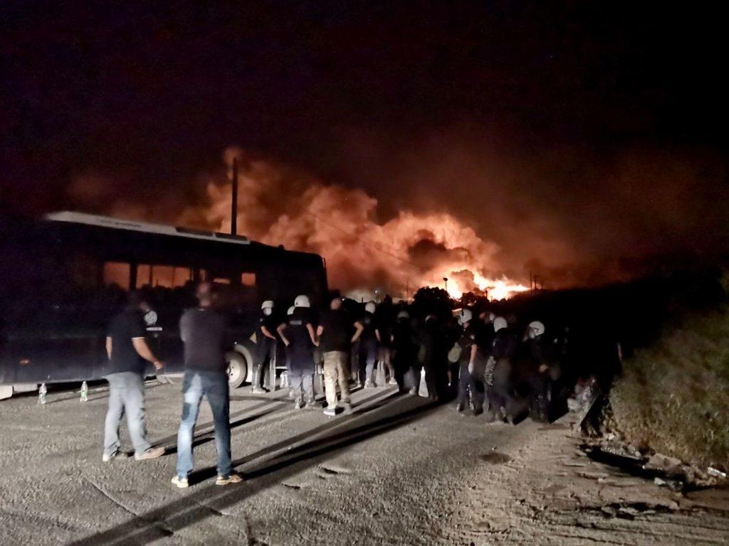 Der große Brand im alten Camp Moria. Eine Blockade auf der Zufahrtsstraße von Militär, Polizei, Rettungs- und Feuerwehrkräften.