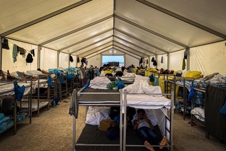 Die Unterbringung unbegleiteter, männlicher Flüchtlinge im neuen Camp. Dicht an dicht stehen die Stockbetten, ohne jegliche Privatsphäre.