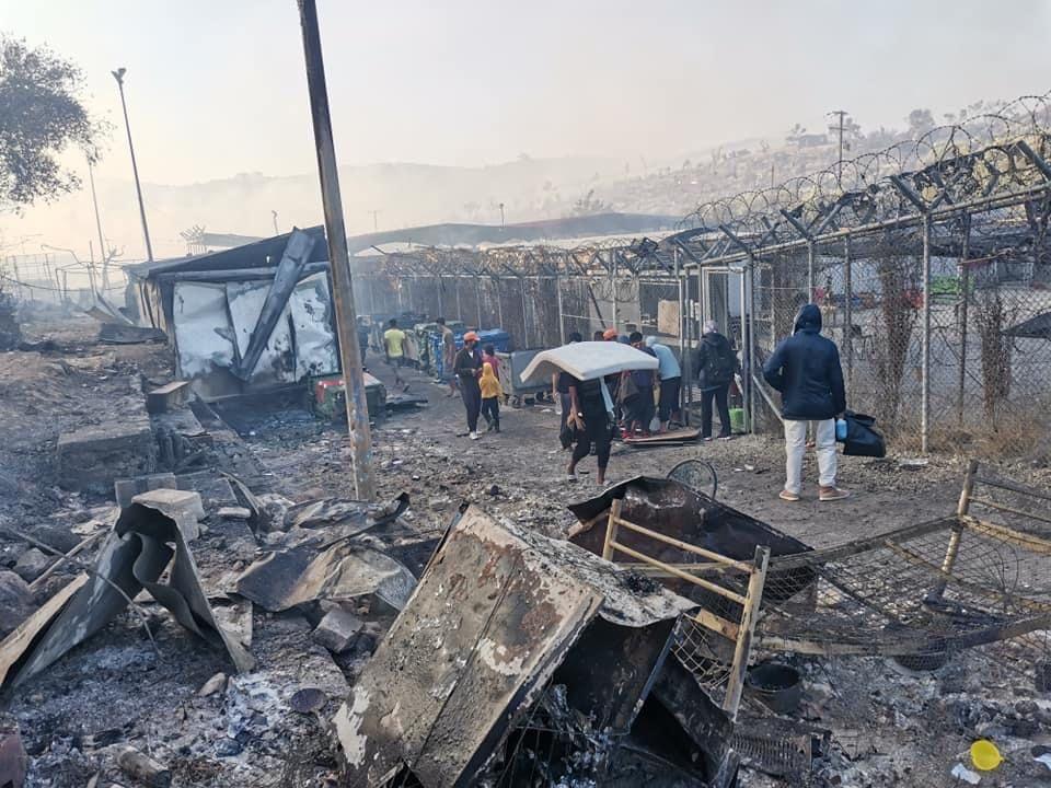 Nach dem Brand. Menschen kehren zurück ins Camp, um zu retten, was noch zu retten ist.