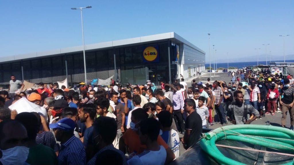 Nach dem Brand sind 12.000 Menschen ohne Bleibe. Sie werden auf einem Lidl-Parkplatz versammelt und dort einige Tage festgehalten.