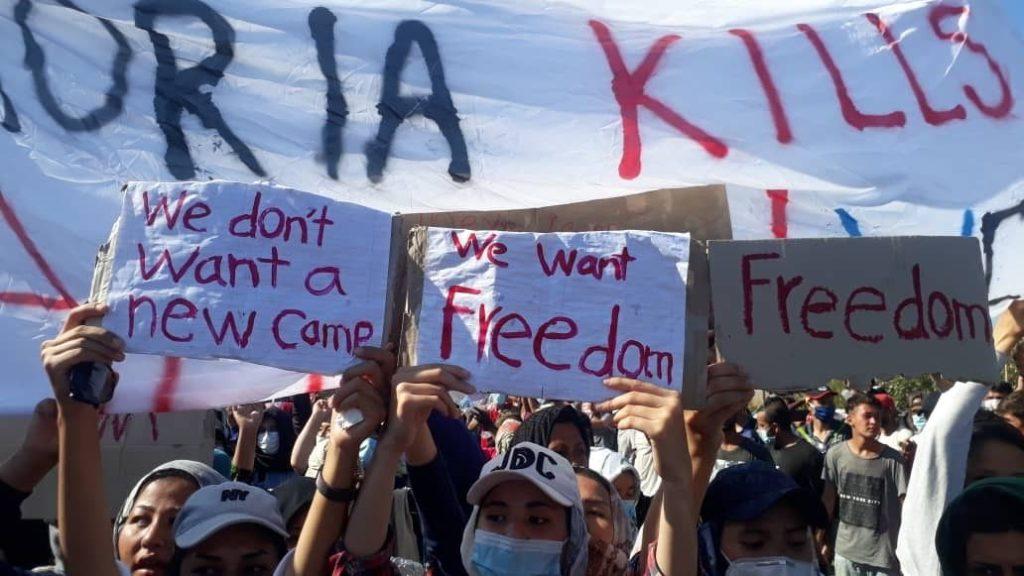 """Proteste der Geflüchteten. Auf ihren Plakaten steht: """"We don"""